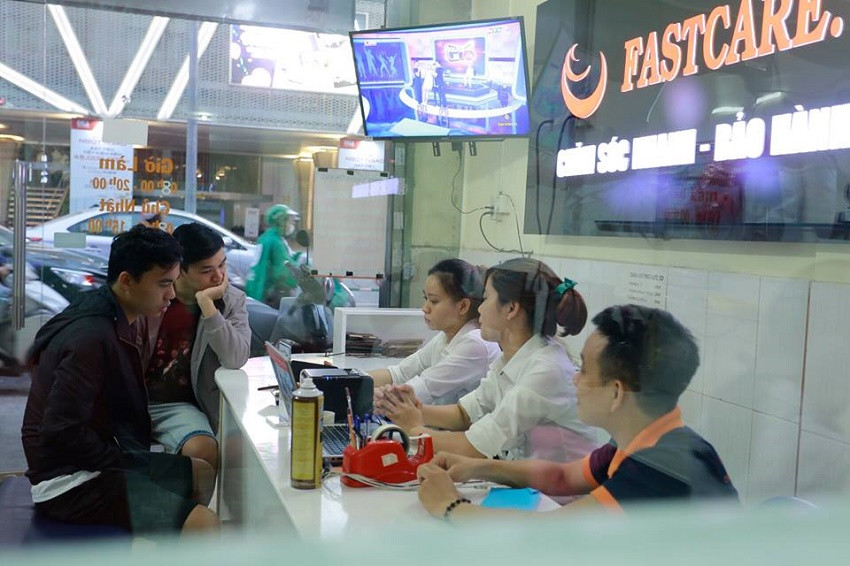 Nhân viên FASTCARE tư vấn cho khách hàng