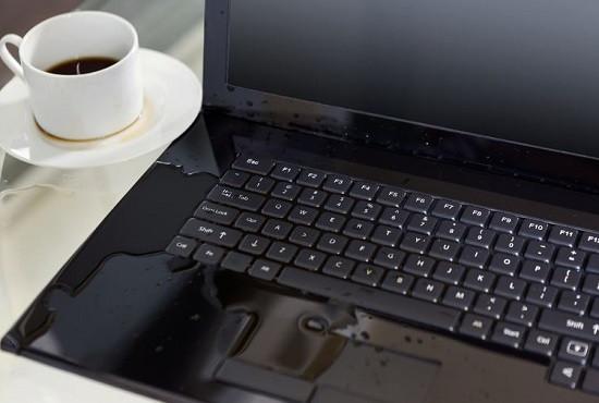 Laptop bị vô nước nhưng bạn lại không xử lý kịp thời