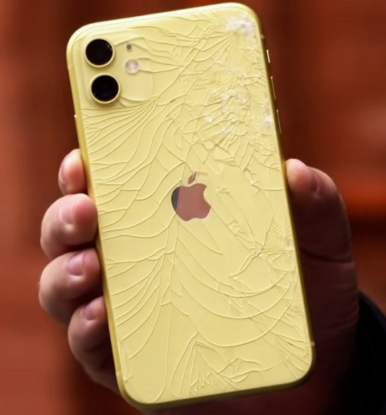 Mặt kính sau iPhone 11 bị nức, bể nghiêm trọng