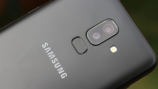 Thay kính camera Samsung J8