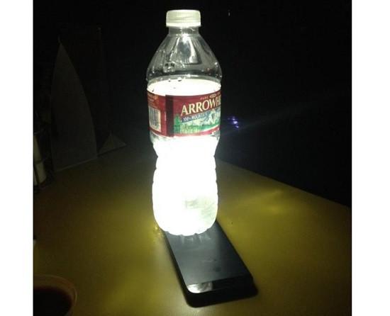 Sử dụng đèn flash iPhone và chai nước