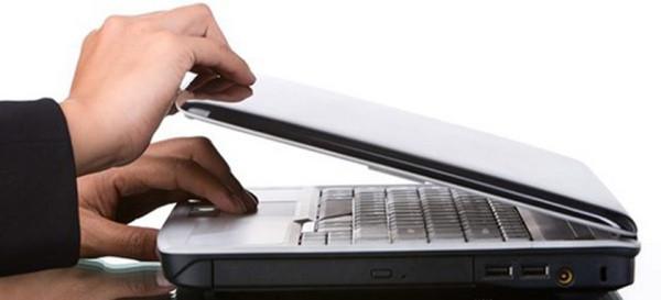 Nhiều người gập màn hình nhưng laptop vẫn sáng