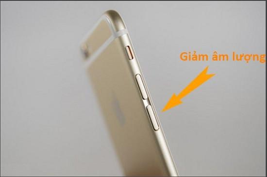 Dùng phím giảm âm lượng trên iPhone