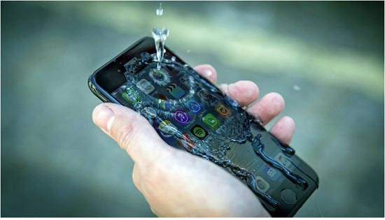 Dùng tay ướt chạm vào iPhone