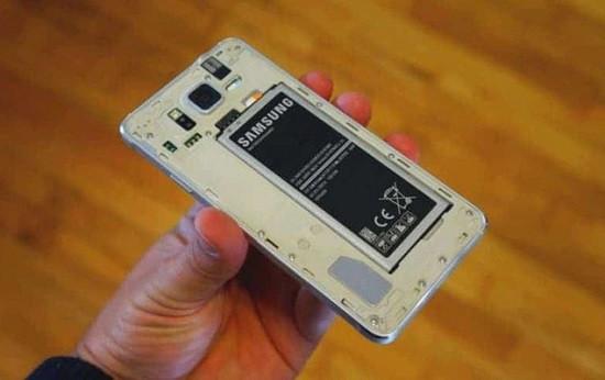 Tháo pin cho điện thoại