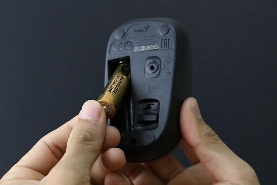 Thay pin cho chuột không dây