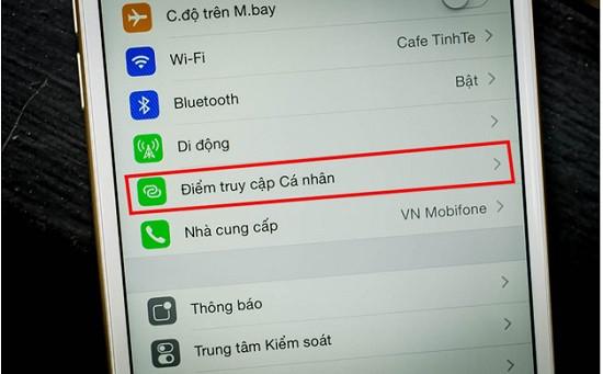 iPhone 12 đang bật điểm truy cập cá nhân