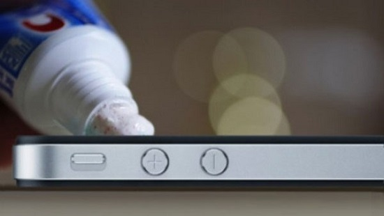 Tri vet xuoc man hinh iPhone 6 6s bang kem danh rang