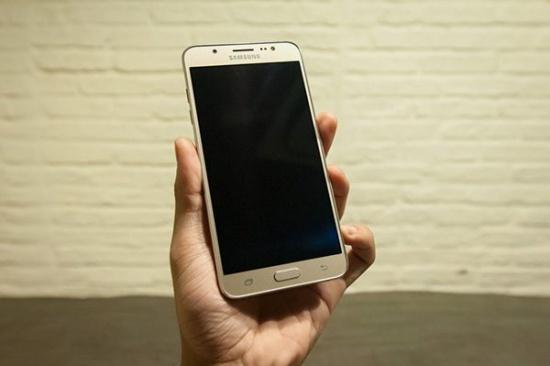 Samsung J7 2016 bị đen màn hình