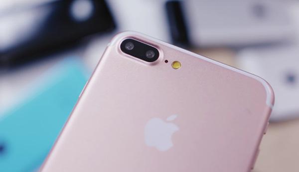 Lau sạch ống kính camera iPhone 6 Plus để làm sạch bụi bẩn