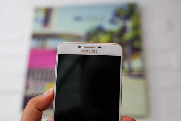 Samsung C9 Pro khong len man hinh