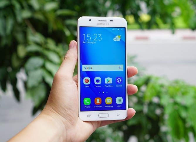 Thay mặt kính Samsung J7 Prime là giải pháp khắc phục khi máy bị rớt làm vỡ nứt mặt kính
