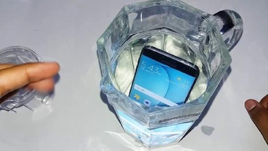 Samsung J7 Pro bi vo nuoc