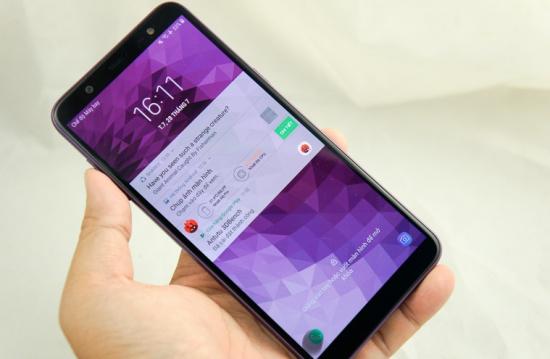 Samsung J8 bi dom man hinh