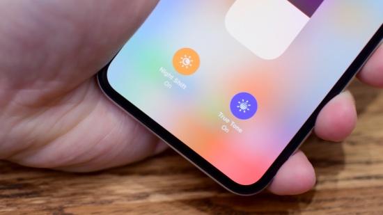 Man hinh iPhone XS bi o vang