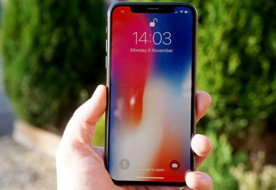 man hinh iPhone X tu giam do sang