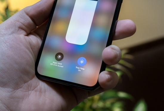 Màn hình iPhone X tự giảm độ sáng