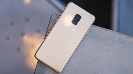 thay nap lung Samsung A8 2018
