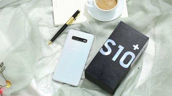 Samsung S10 Plus sở hữu ngoại hình lộng lẫy và sang trọng
