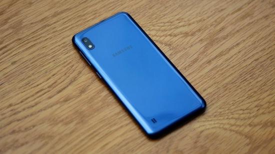 Samsung A10 sở hữu thiết kế nhựa nguyên khối nên dễ bị hư vỏ ngoài