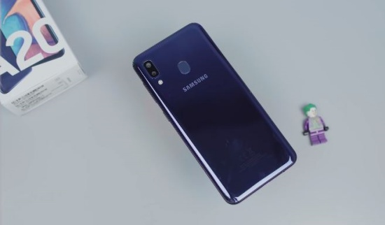 Vỏ Samsung A20 cần được thay mới