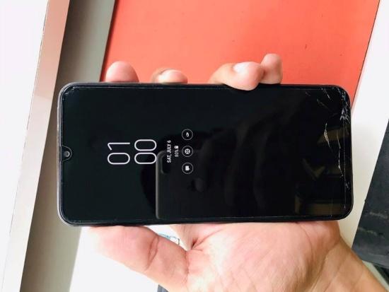 Samsung M30 bị bể mặt kính