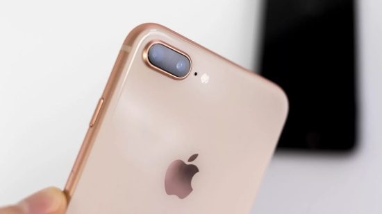 Kính camera iPhone 8 Plus là một bộ phận mỏng manh trên iPhone 8 Plus