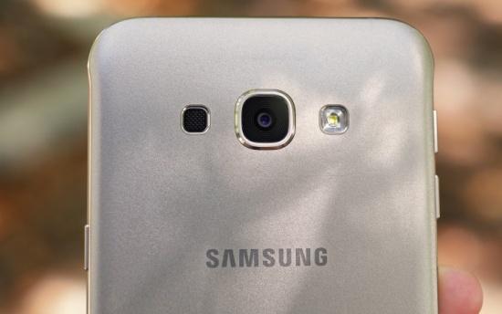 Camera sau Samsung A8