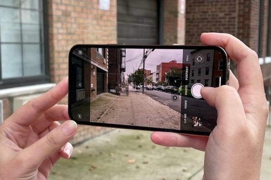 Chụp ảnh bằng camera sau iPhone 12 Pro